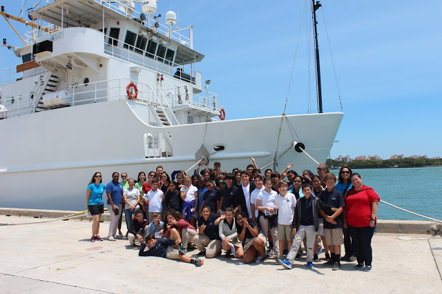 Students and teachers pose in front of the Nancy Foster. Image credit: NOAA