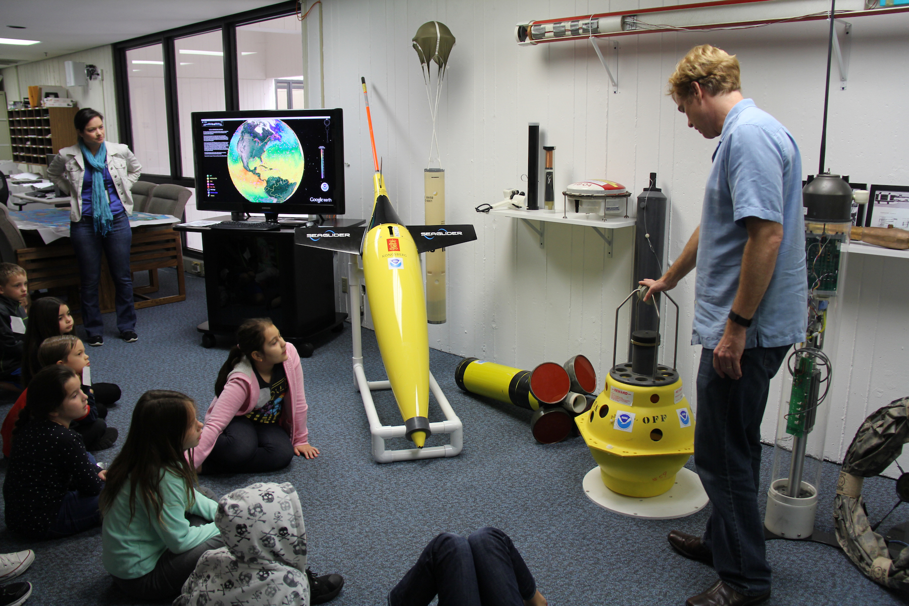 AOML oceanographer Rick Lumpkin gives a lesson on the global ocean observing network. Image credit: NOAA